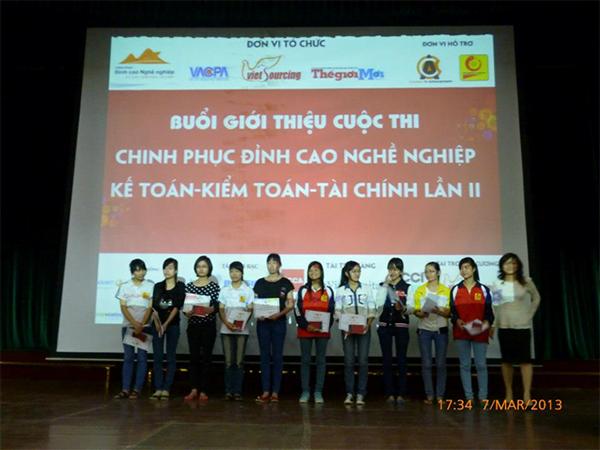 Diễn giả Thanh Mai trao học bổng cho 10 em SV may mắn của ĐH Công Nghiệp