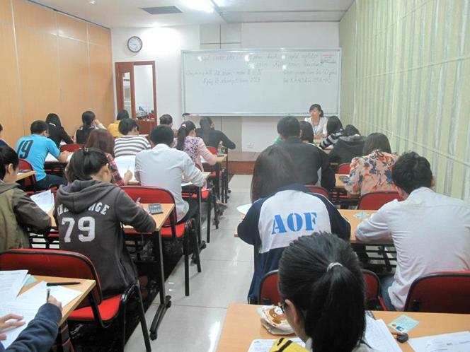 Thí sinh làm bài thi tại Hà Nội
