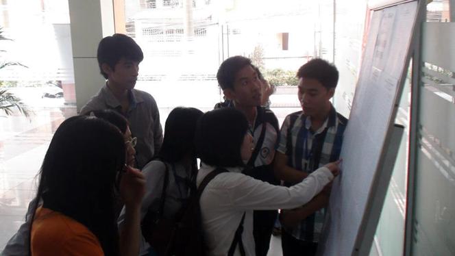 Đội ngũ Tình nguyện viên chỉ dẫn cho thí sinh